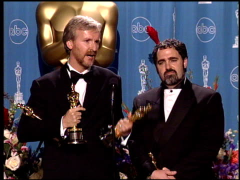 stockvideo's en b-roll-footage met james cameron at the 1998 academy awards at the shrine auditorium in los angeles california on march 23 1998 - 70e jaarlijkse academy awards