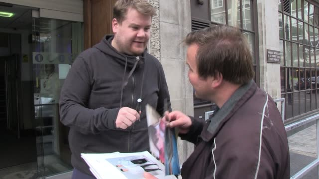 vídeos y material grabado en eventos de stock de james corden sighted leaving bbc radio one studios after visiting to promote his autobiography sighted james corden on october 03 2011 in london... - biografía