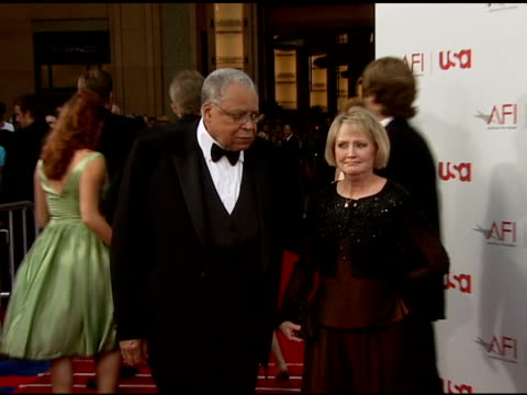 james earl jones and wife cecilia hart at the 34th afi life achievement award a tribute to sean connery at the kodak theatre in hollywood california... - afi life achievement award bildbanksvideor och videomaterial från bakom kulisserna