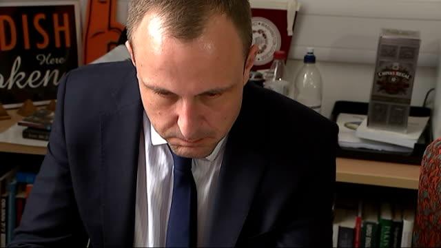 stockvideo's en b-roll-footage met hunt for killer england london int peter neumann looking at social media sites of british jihadists on laptop with itn reporter peter neumann... - onthoofd
