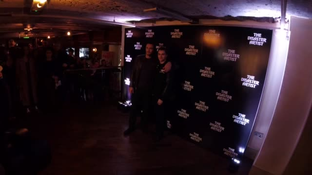 vidéos et rushes de james franco, dave franco at 'the disaster artist' - screening at picturehouse central on november 22, 2017 in london, england. - projection de films