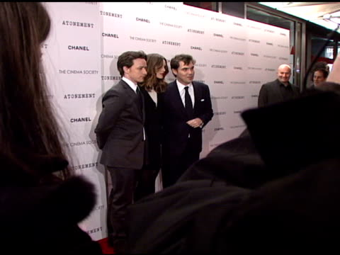 james mcavoy, keira knightley, and joe wright at the 'atonement' premiere at ifc center in new york, new york on december 3, 2007. - ジョーライト点の映像素材/bロール