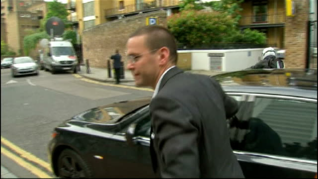 stockvideo's en b-roll-footage met james murdoch resigns as news international chairman; date unknown england: london: wapping: ext slow motion james murdoch arriving at news... - voorzitter