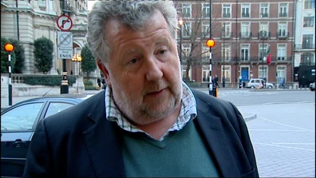 stockvideo's en b-roll-footage met james murdoch resigns as news international chairman; ext steve hewlett interview sot westminster: night reporter to camera - voorzitter