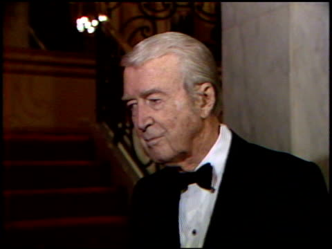 vídeos de stock, filmes e b-roll de james stewart at the 4th annual american cinema awards at the beverly wilshire hotel in beverly hills, california on september 20, 1987. - regent beverly wilshire hotel