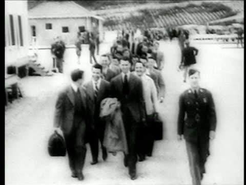 stockvideo's en b-roll-footage met james stewart marching with other men in civilian wear to enlist in air force / ww ii / doc. - in dienst gaan