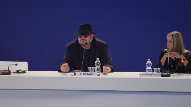 james toback on cannes film festival vs venice film festival at palazzo del casino on september 03, 2017 in venice, italy. - 第74回ベネチア国際映画祭点の映像素材/bロール
