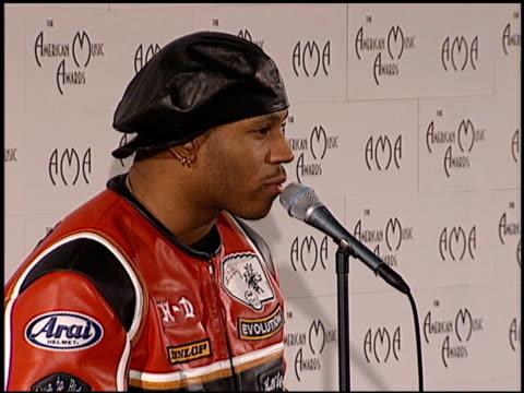 james todd ll cool j smith at the american music awards at the shrine auditorium in los angeles california on january 29 1996 - american music awards bildbanksvideor och videomaterial från bakom kulisserna