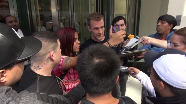 stockvideo's en b-roll-footage met james van der beek exits the huffington post poses for photos with fans on september 15 2014 in new york city - van