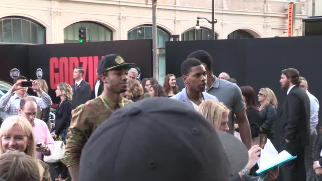 stockvideo's en b-roll-footage met james young & t.j. warren arrive at the godzilla premiere at dolby theatre los angeles at celebrity sightings in los angeles on may 08, 2014 in los... - dolby theatre
