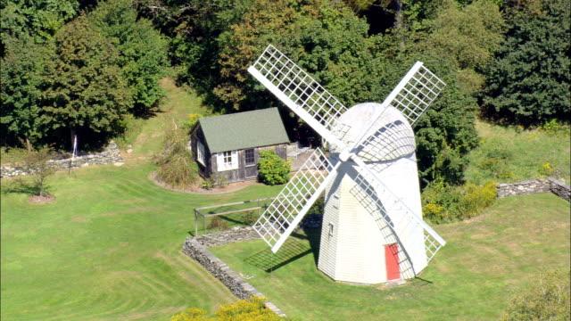 vidéos et rushes de jamestown moulin à vent – vue aérienne, dans le rhode island, dans le comté de newport, états-unis - rhode island
