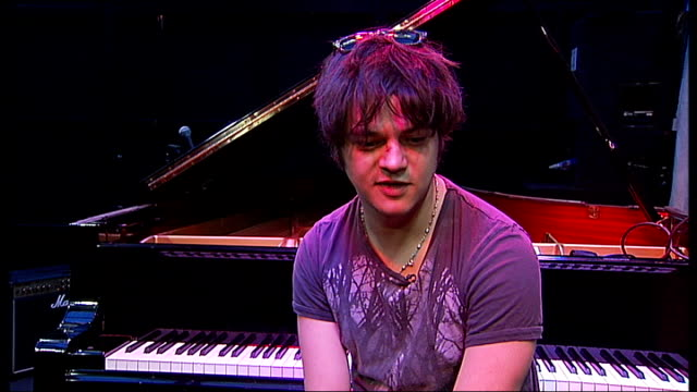 jamie cullum interview; jamie cullum interview sot - discusses work on new album and work on film sountracks jamie cullum talking to oxford street... - jamie cullum stock videos & royalty-free footage