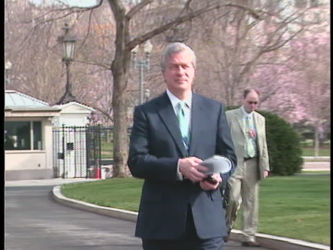 jamie dimon ceo of jpmorgan chase arrives at the white house for a meeting with president obama about the ongoing financial crisis - business or economy or employment and labor or financial market or finance or agriculture stock-videos und b-roll-filmmaterial
