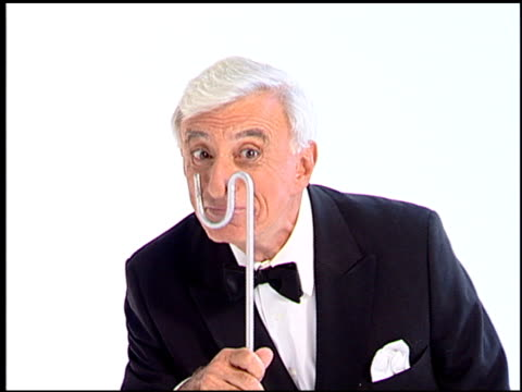 jamie farr at the legendary game show gurus launch of the '$250,000 ultimate game show' at null in los angeles, california on august 31, 2007. - gioco televisivo video stock e b–roll