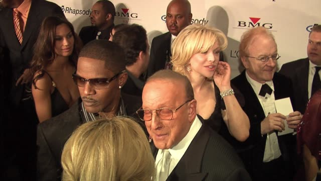 vidéos et rushes de jamie foxx and clive davis at the clive davis' pregrammy awards party arrivals at the beverly hilton in beverly hills california on february 7 2006 - grammy awards