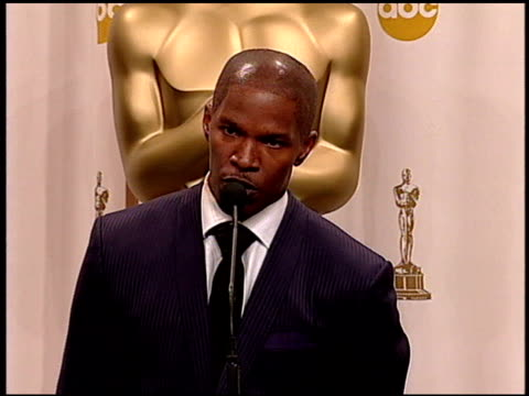 stockvideo's en b-roll-footage met jamie foxx at the 2005 academy awards at the kodak theatre in hollywood, california on february 27, 2005. - 77e jaarlijkse academy awards