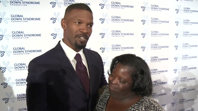 vídeos y material grabado en eventos de stock de jamie foxx queen latifah other hollywood starts come out to support down syndrome research and they make calls for diversity of all types in the us - queen latifah