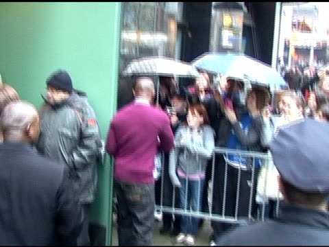jamie foxx signs autographs for fans before departing 'good morning america' in new york 04/13/11 - autogramm stock-videos und b-roll-filmmaterial
