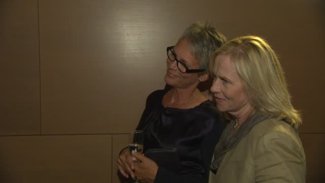 jamie lee curtis at the opening night of anna deavere smith's 'let me down easy' at the broad stage at santa monica ca. - anna deavere smith video stock e b–roll
