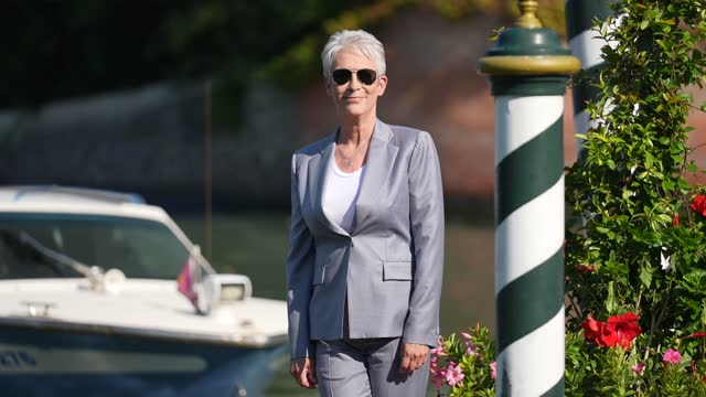 vídeos de stock e filmes b-roll de jamie lee curtis wears a necklace, a white t-shirt, a gray blazer jacket, gray matching suit pants, gray shiny bejeweled pointed shoes from manolo... - cabelo curto comprimento de cabelo