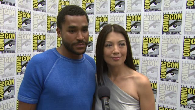 jamil walker smith and ming-na on the fans at comic con. at the comic-con 2009: 'stargate universe' press line at san diego ca. - ming na stock videos & royalty-free footage