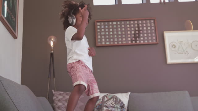 jamming to his favorite song - tipo di danza video stock e b–roll