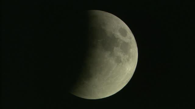 vídeos de stock, filmes e b-roll de jan 2018 total lunar eclipse, yokohama, japan - imperfeição