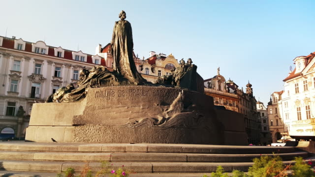 stockvideo's en b-roll-footage met jan hus memorial in prague old town square - praag