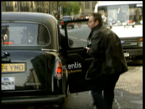 stockvideo's en b-roll-footage met england london jane andrews along into taxi as leaving court - crime and murder