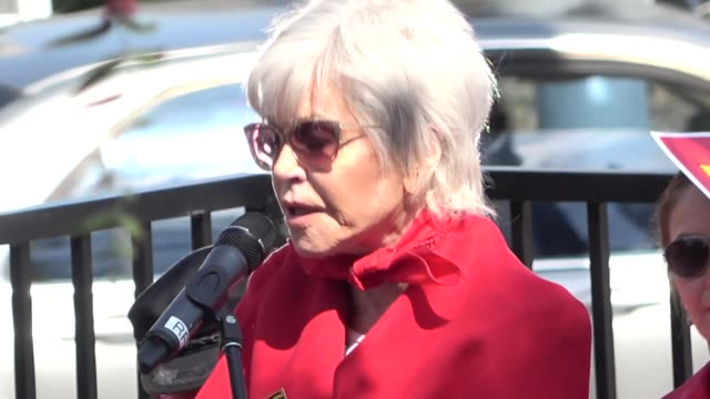 jane fonda addresses the crowd at her fire drill friday protest in san pedro at celebrity sightings in los angeles on march 06, 2020 in los angeles,... - ジェーン・フォンダ点の映像素材/bロール