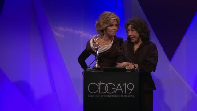jane fonda and lily tomlin at the 19th costume designers guild awards at the beverly hilton hotel on february 21, 2017 in beverly hills, california. - ジェーン・フォンダ点の映像素材/bロール
