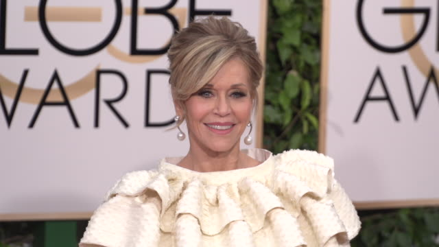jane fonda at 73rd annual golden globe awards - arrivals at the beverly hilton hotel on january 10, 2016 in beverly hills, california. 4k available -... - ジェーン・フォンダ点の映像素材/bロール