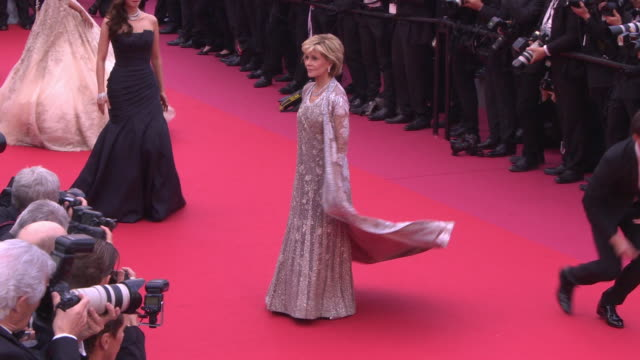 """jane fonda at """"blackkklansmann"""" red carpet arrivals - the 71st cannes film festival at grand theatre lumiere on may 14, 2018 in cannes, france. - ジェーン・フォンダ点の映像素材/bロール"""