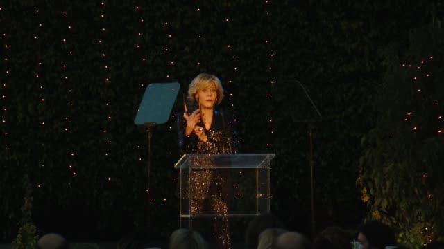 jane fonda at environmental media association 1st annual honors benefit gala at private residence on june 09, 2018 in los angeles, california. - ジェーン・フォンダ点の映像素材/bロール