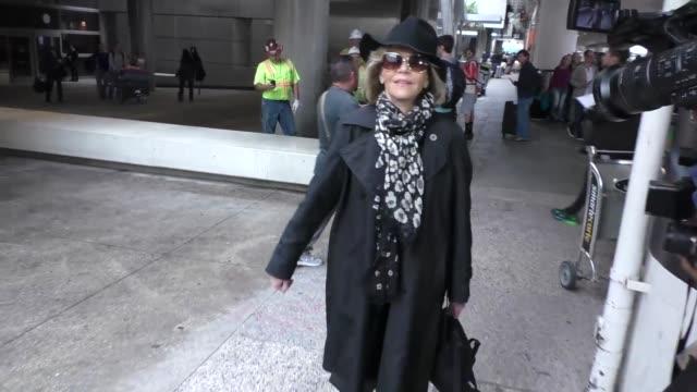 jane fonda at los angeles international airport at celebrity sightings in los angeles on april 08, 2016 in los angeles, california. - ジェーン・フォンダ点の映像素材/bロール