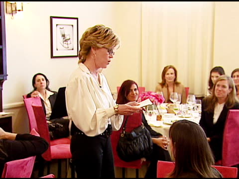 jane fonda at the v-day and glamour honor women in conflict zones working for peace on february 21, 2007. - ジェーン・フォンダ点の映像素材/bロール