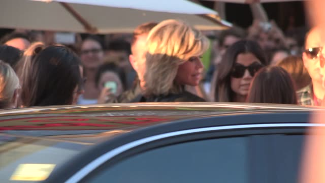 jane fonda greets fans while arriving at the this is where i leave you premiere in hollywood in celebrity sightings in los angeles, - dolcevita video stock e b–roll