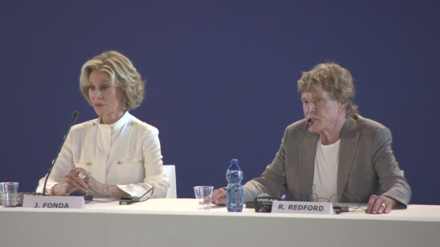 jane fonda, robert redford on the us dream, climate change, saving the planet, changes needed in the united states at 'our souls at night' press... - ジェーン・フォンダ点の映像素材/bロール