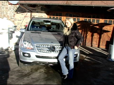 vídeos y material grabado en eventos de stock de jane krakowski with the mercedes benz m class at the 2005 park city mercedes benz at the motorola lodge at motorola lodge in park city, utah on... - motorola
