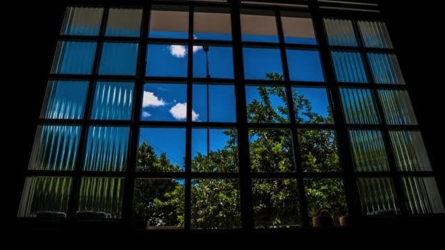 janela - azul stock-videos und b-roll-filmmaterial
