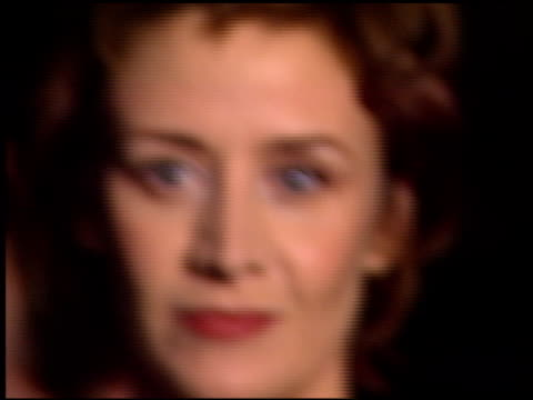 vídeos de stock, filmes e b-roll de janet mcteer at the 'tumbleweeds' premiere at laemmle's monica in santa monica california on november 15 1999 - janet mcteer