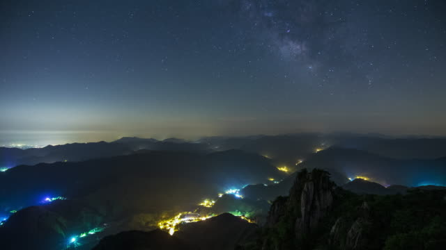 vídeos y material grabado en eventos de stock de janggunbong peak in daedunsan mountain and night sky / wanju-gun, jeollabuk-do, south korea - pared de roca