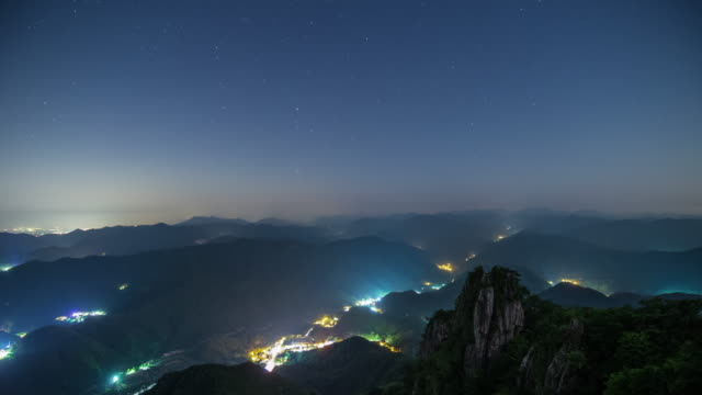 vídeos y material grabado en eventos de stock de janggunbong peak in daedunsan mountain from day to night / wanju-gun, jeollabuk-do, south korea - pared de roca
