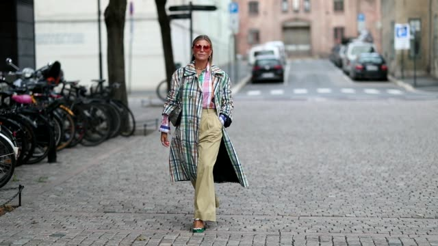 vídeos de stock e filmes b-roll de janka polliani wearing multi color checked coat balenciaga belt bag high waist wide leg pants outside cathrine hammel during oslo runway ss19 on on... - calças