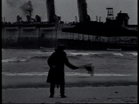 vidéos et rushes de january 1 1919 ws man on shore using signal flags to communicate with uss northern pacific run aground off fire island / new york united states - 1910 1919
