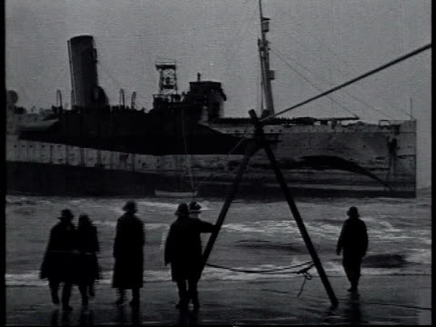 vidéos et rushes de january 1 1919 ws us coast guard personnel shooting a line to the uss northern pacific run aground off fire island and hauling in the line / new york... - 1910 1919