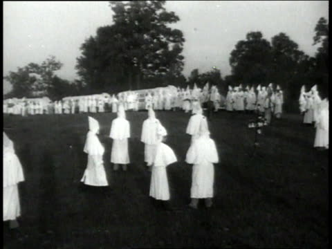 vidéos et rushes de january 1 1949 montage ku klux klan members gathering in a field in georgia / united states - 1949
