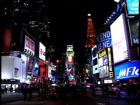 january 15, 2000 montage various buildings, billboards, and pedestrians walking in times square / new york, new york, united states - 2000 2010 stil bildbanksvideor och videomaterial från bakom kulisserna