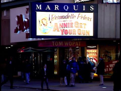 january 15, 2000 the new york marriott marquis / new york, new york, united states - 2000 2010 stil bildbanksvideor och videomaterial från bakom kulisserna