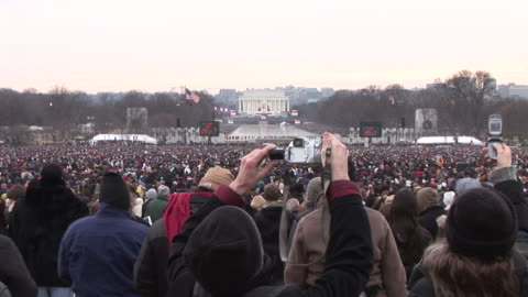 vidéos et rushes de january 18, 2009 spectators watching as large screens show garth brooks performing at the 'we are one' concert on the national mall to celebrate the... - 2009